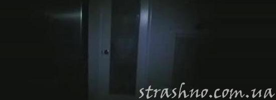 История о мистических шагах в темной комнате