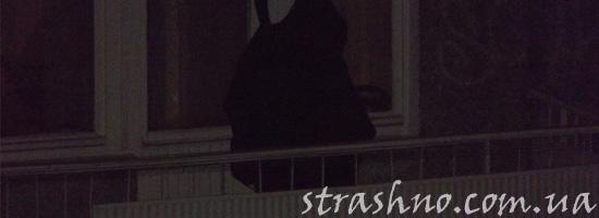 Жуткий посетитель на балконе