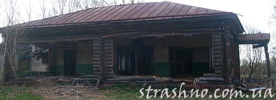 Полуразрушенный мистических дом