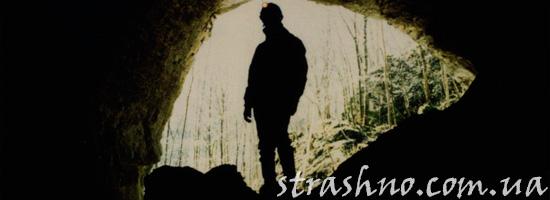 Начинающий спелеолог в пещере