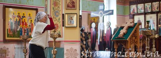 бабушка молится в церкви