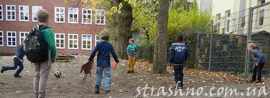 дети в школьном дворе