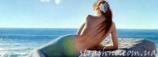 Прекрасная русалка на берегу моря