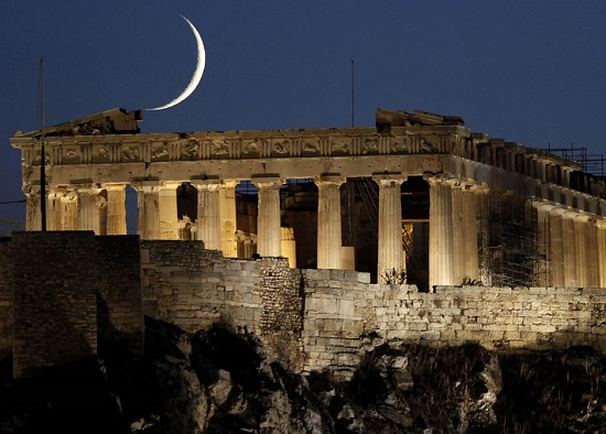 серп месяца позади древнего храма