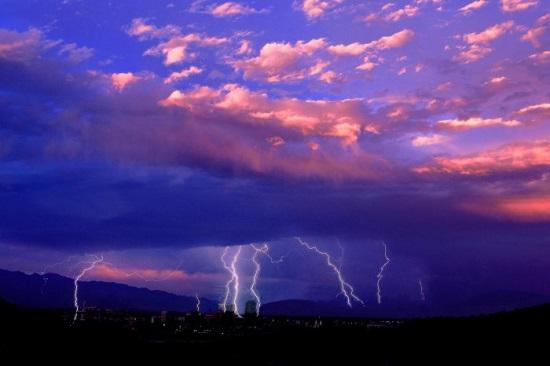 Молнии и пурпурное небо