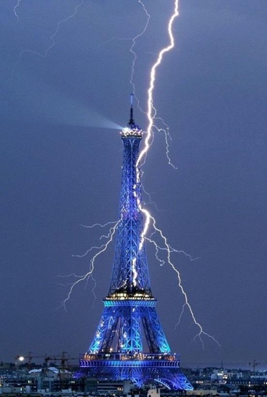 молния и Эйфелева башня