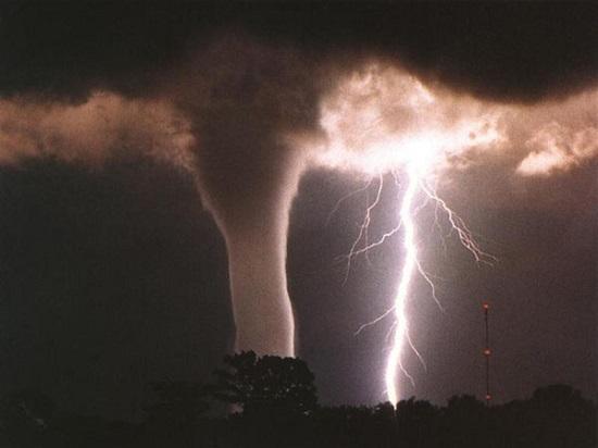 торнадо с молнией