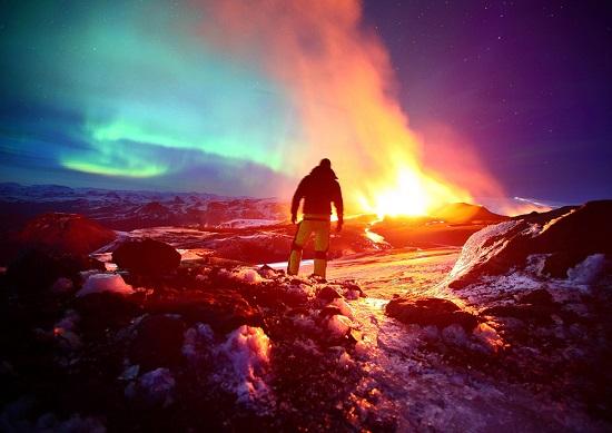 северное сияние и вулкан