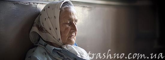 сидящая у стены бабушка