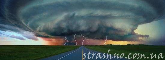 торнадо над дорогой
