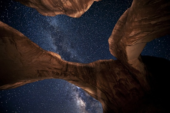 звёзды над каменной аркой