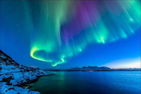 звёздное небо и северное сияние