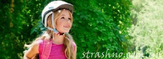 девочка в велосипедном шлеме