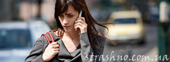 Расстроенная девушка с телефоном