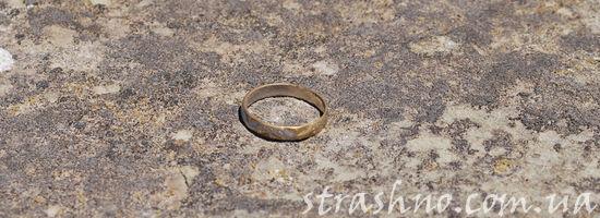 обручальное кольцо на камне