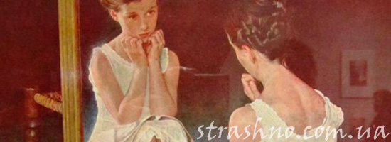 Девочка смотрится в зеркало