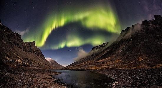 Северное полярное сияние над горами