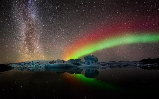 Южное полярное сияние и звёзды млечного пути