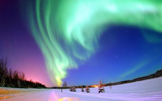 Северное полярное сияние и звёзды