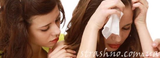 девушка утешает плачущую подругу