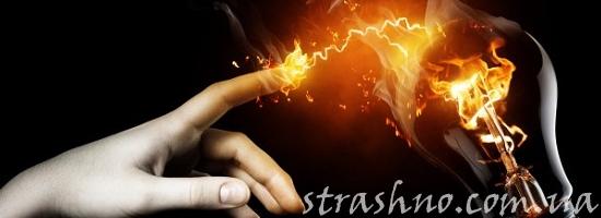 касание рукой электролампочки
