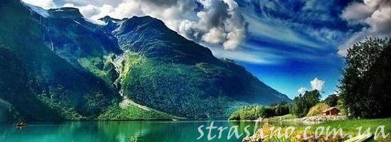 горы за озером
