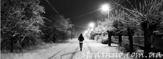 девушка гуляет зимней ночью