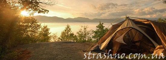 палатка на берегу в лучах восхода