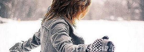 девушка зимой в варежках