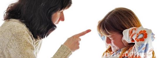 мать ругает дочь