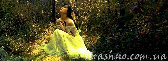 одинокая девушак в лесу