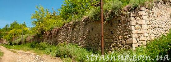 Старый каменный забор
