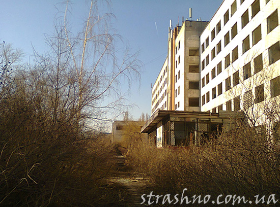Заброшенный административный корпус крупного завода