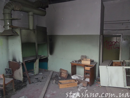 Разбитая мебель и мусор