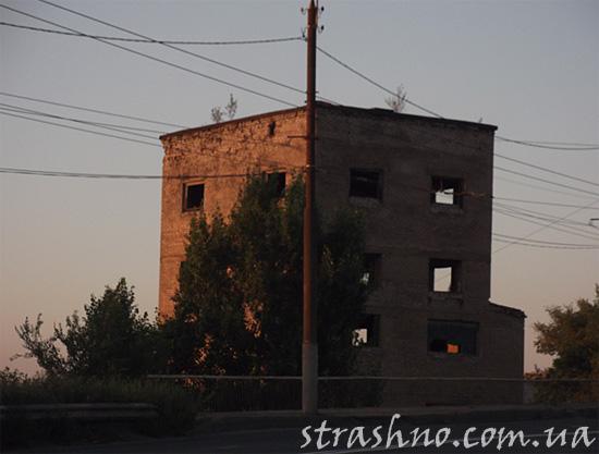 То же здание
