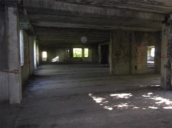 Внутри разрушающегося здания