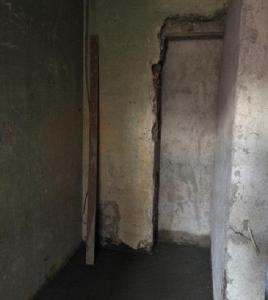 разрушенные стены с образом в углу