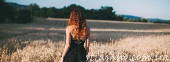 Рыжеволосая девушка в поле