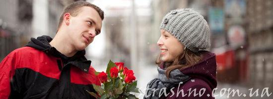 Парень дарит букет роз девушке