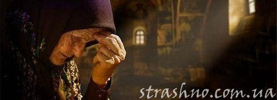 набожная старушка молится в церкви