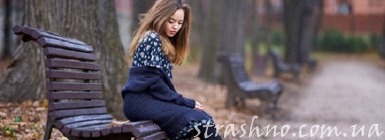 девушка сидит на скамейке в саду