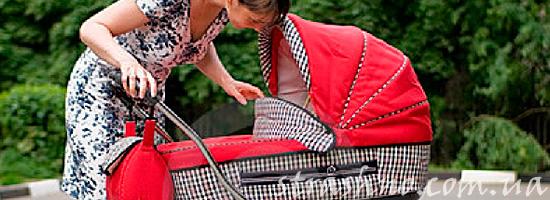 Женщина наклонилась над коляской с ребенком