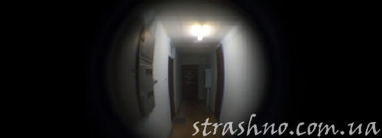 Пустой коридор за дверью