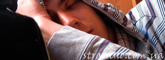 Спящий уставший мужчина