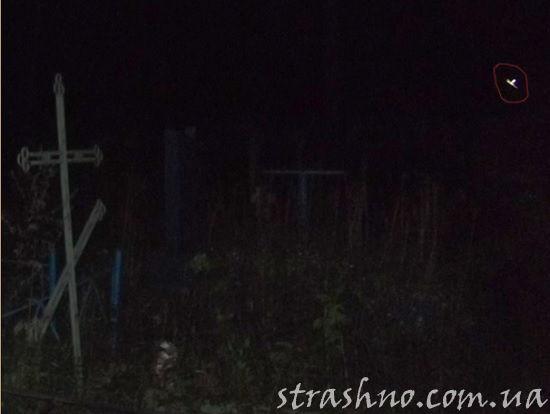 летящая фея на ночном кладбище