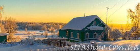 деревенский дом зимой на закате