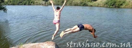 молодёжь прыгает со скалы в реку