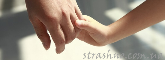 руки ребенка и родителя