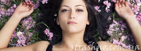 девушка лежит на поле цветов
