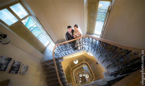 жених и невеста на лестнице